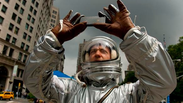 Motherboard TV: Spaced Out: The Artstronaut