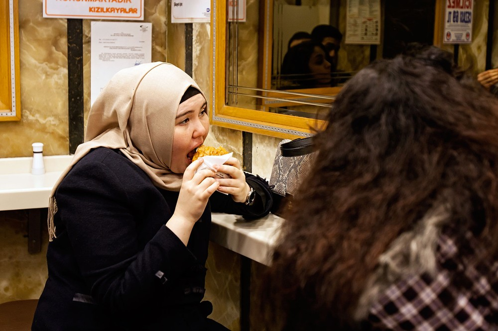 A-Cılgın-customer-enjoying-an-islak-burger