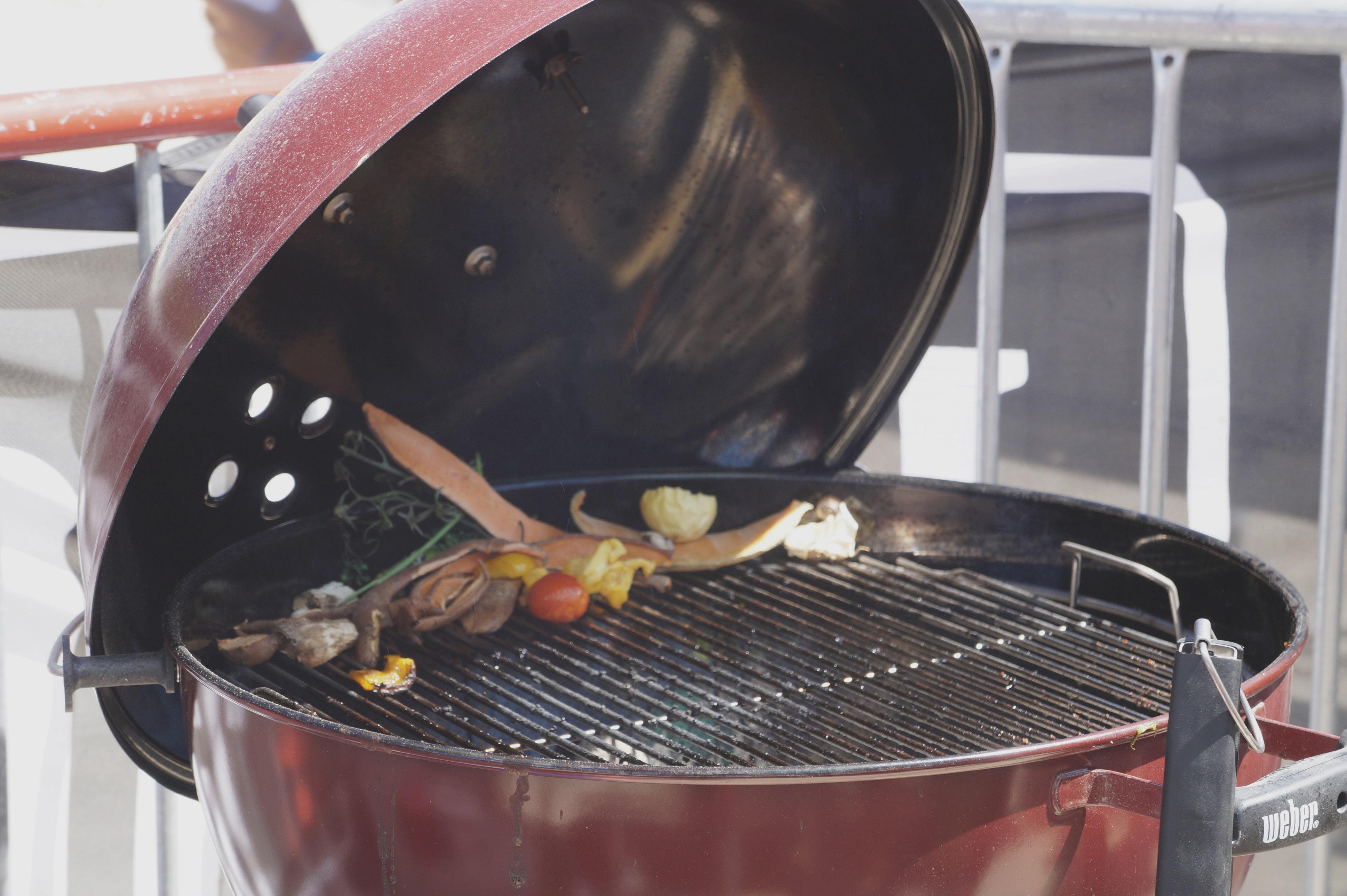 Gérald-et-Lee-Joy-mettent-toutes-sortes-d'épluchures-sur-le-grill-pour-donner-de-la-saveur-à-la-viande