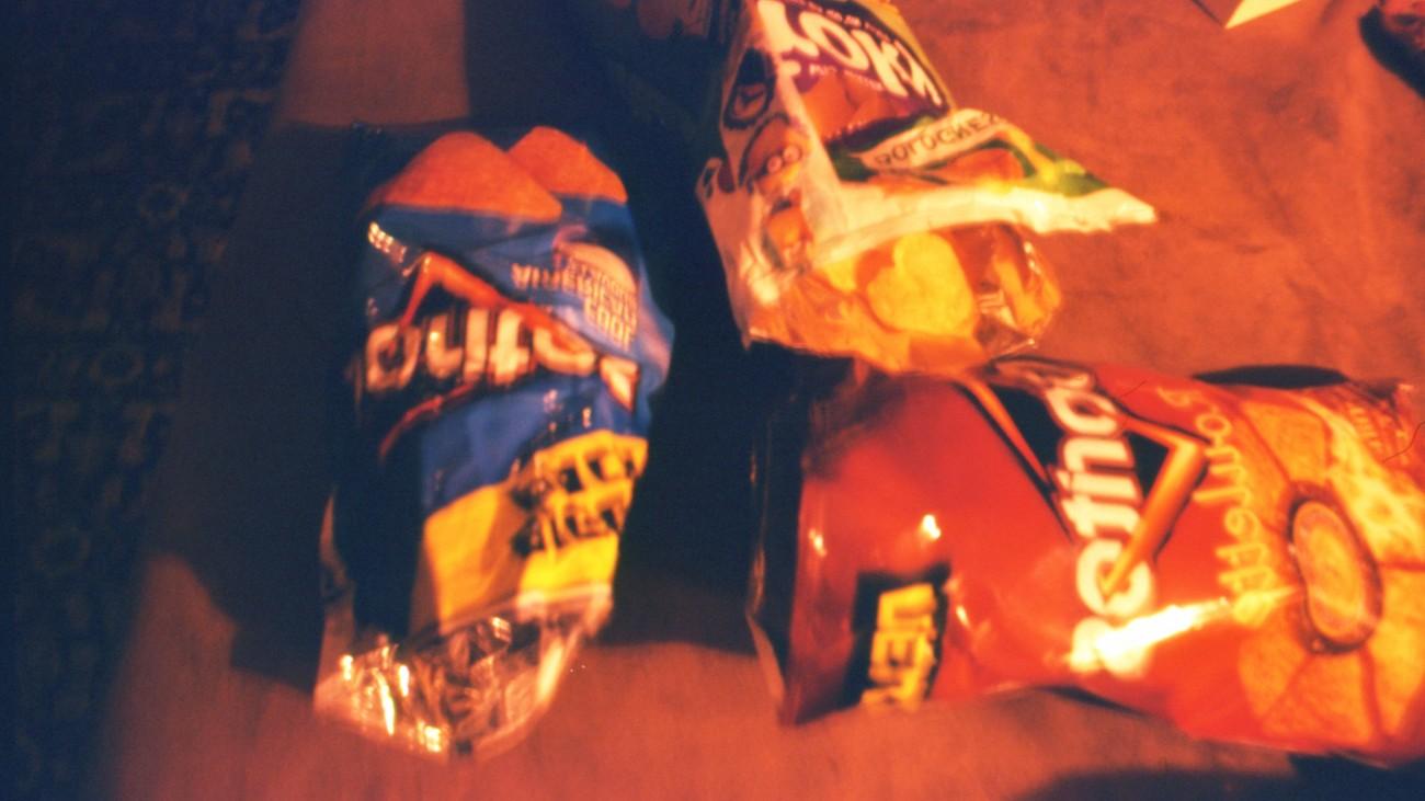Zakken chips op tafel-vera