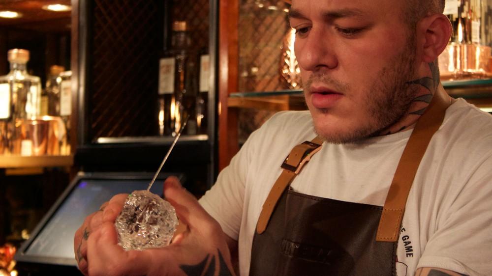 ice-carving-bartender-drink
