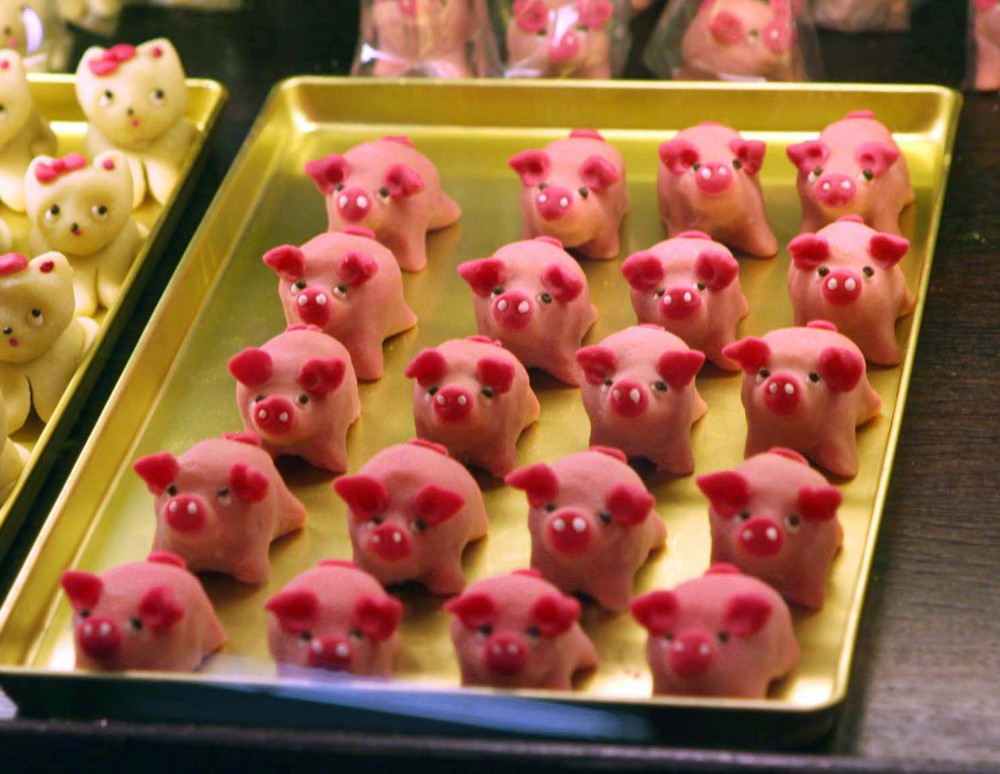 marzipan pigs are the sweetest way to celebrate new year 39 s in germany munchies. Black Bedroom Furniture Sets. Home Design Ideas