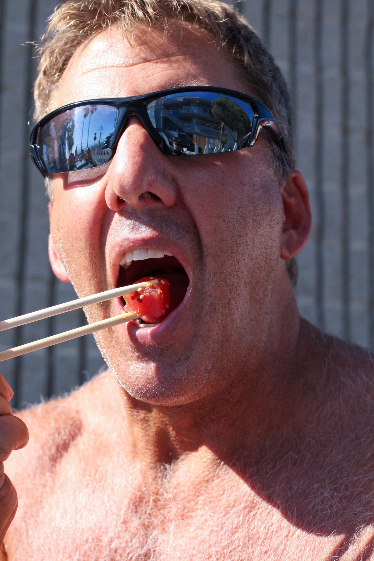 muscle-beach-man-eating-poke