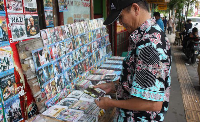 Humans of the CD Street Stall: Who Still Buys Pirated Discs? - VICE