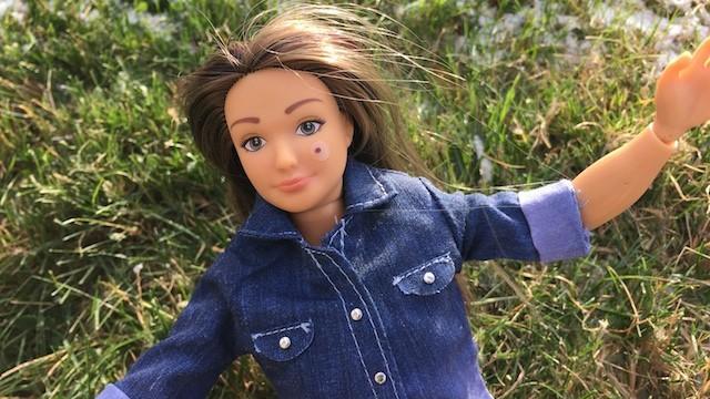 La 'Barbie natural' ahora viene con cicatrices, acné y celulitis