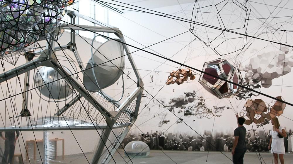 Erkundet fliegende Städte und komplexe Spinnennetze mit Tomás Saraceno