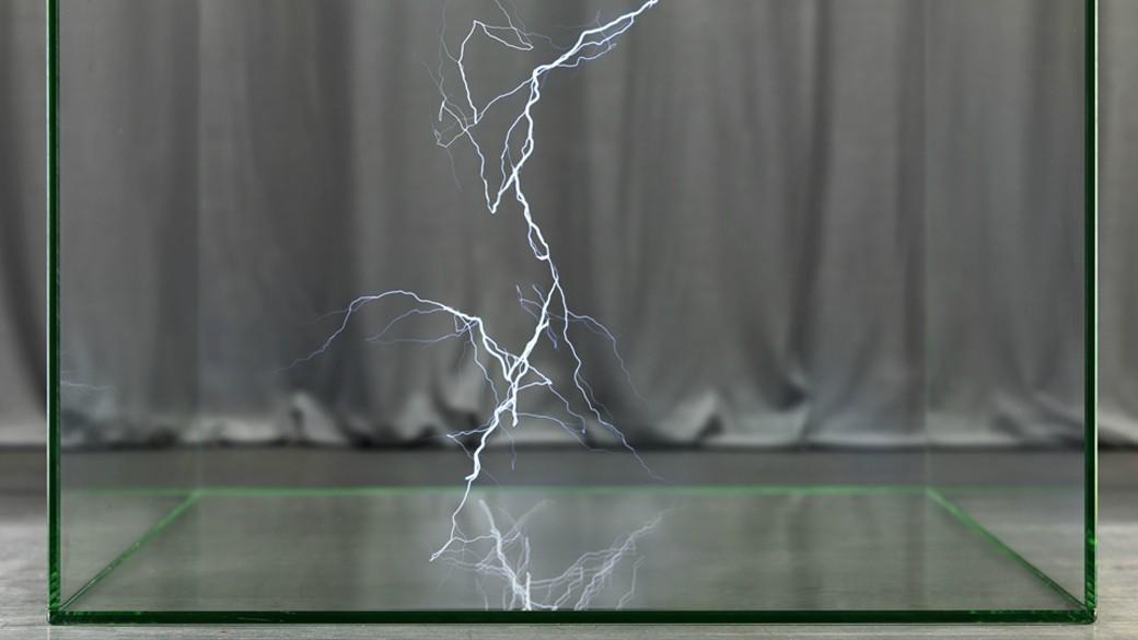 Raffaelo De Vito fängt Naturphänomene wie Blitze oder Regen in Glaskästen ein