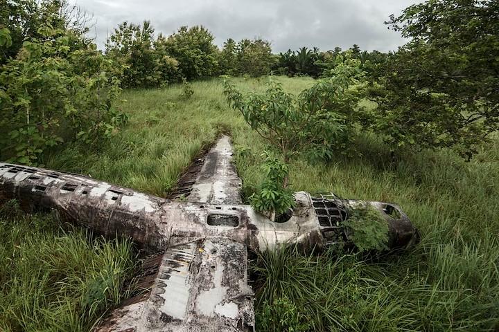 L'homme qui photographie des carcasses d'avions