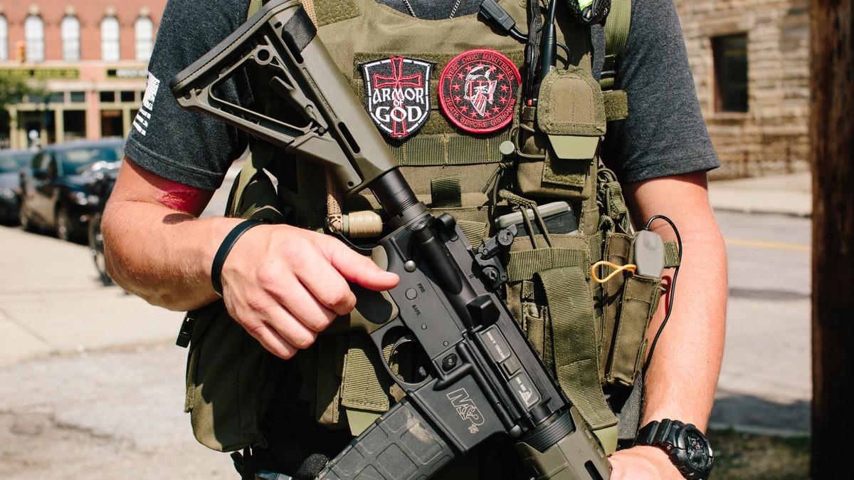 https://images.vice.com/vice/images/articles/meta/2016/07/19/this-militia-group-walked-around-the-rnc-with-ar-15s-ak-47s-and-g3s-1468893417.jpg?image-resize-opts=Y3JvcD0xeHc6MC44NDM1MzkwMDk3NTI0MzgxeGg7Y2VudGVyLGNlbnRlciZyZXNpemU9MTIwMDoqJnJlc2l6ZT0xMjAwOio