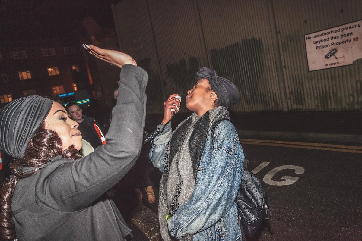 Foto's van britse activisten die oud en nieuw vierden bij de ...