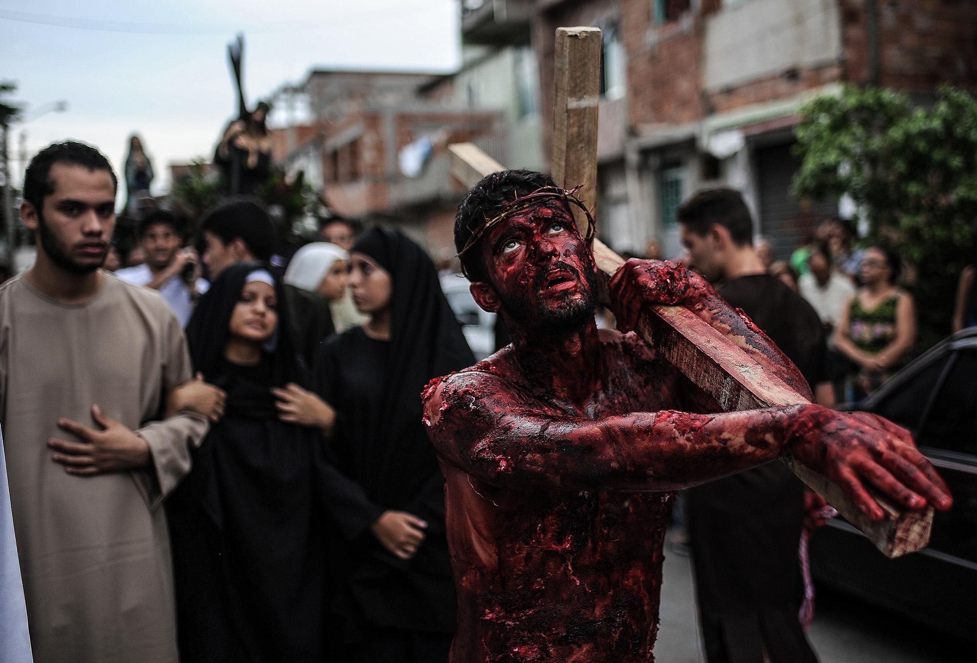 photos of a fake jesus carrying a cross around rio u0027s slums vice