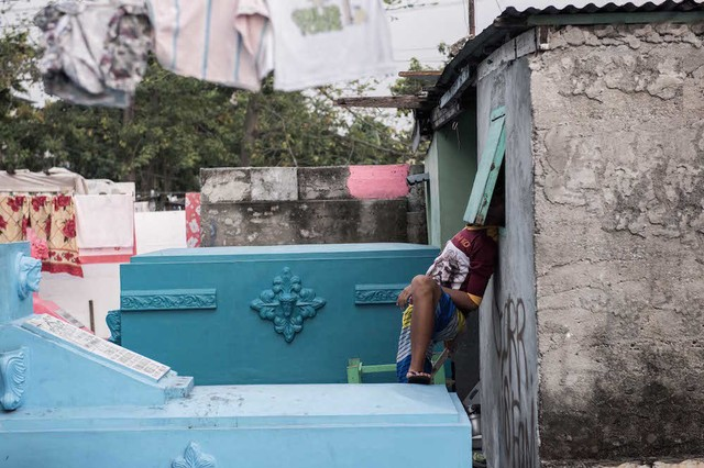 Inside the Philippines' Cemetery Slum - VICE